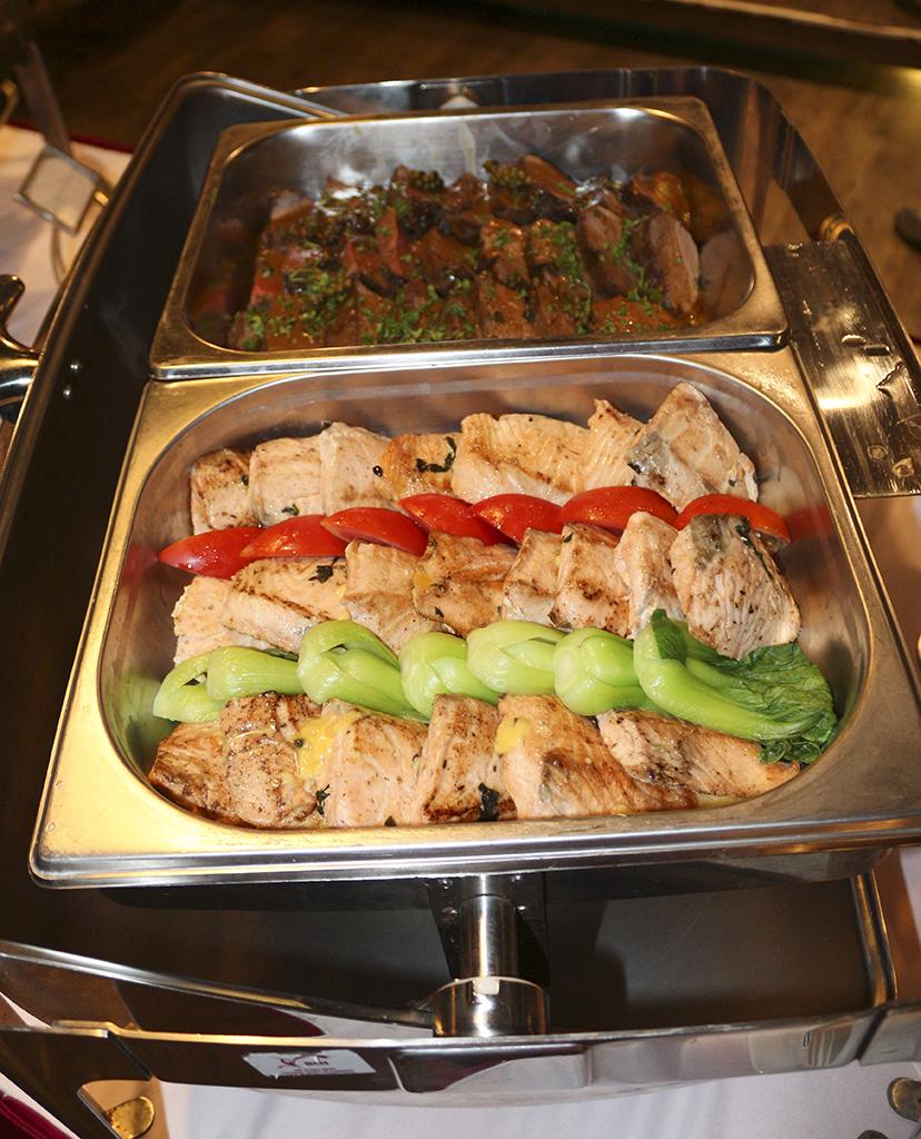 Bò nướng sốt tiêu và Cá hồi nướng sốt chanh dây