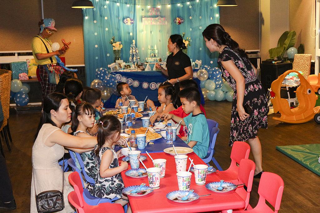 Bàn tiệc riêng cho các bé